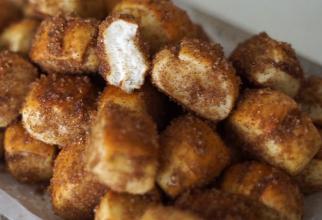Mini covrigi cu scorțișoară, aurii la exterior și foarte moi la interior. Nu te poți opri din a-i mânca odată ce ai început!