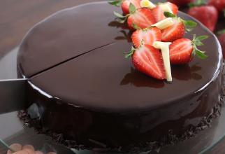 Tort de post cu ciocolată: Nu o să îți vină să crezi cât de simplu și rapid se face!