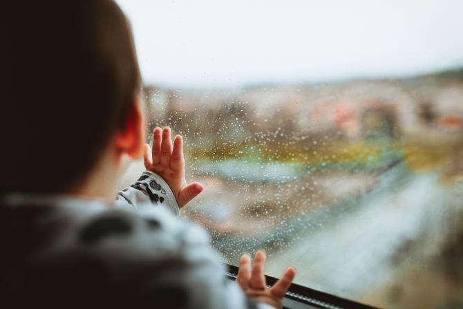 Austria. Doi copii români, de 2 și 4 ani, la un pas de tragedie în timp ce tatăl lor dormea