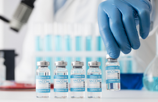 CEO-ul Pfizer spune că o a treia doză de vaccin anti-COVID-19 este necesară