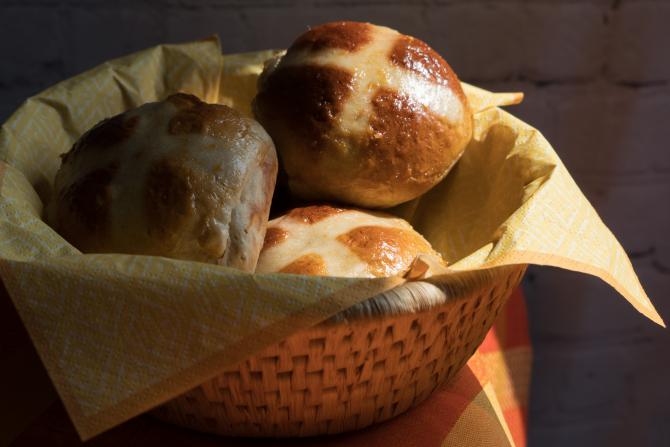 Chifle de Paşte cu cruce. Reţetă tradiţională pentru Vinerea Mare (sursa foto: Flickr)