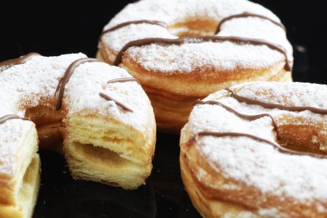 Cronut (gogoașa croissant), cel mai cunoscut desert hibrid din lume. Rețeta celui mai râvnit dulce