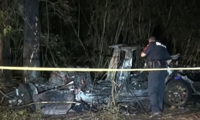 """Doi bărbați au murit după ce au intrat cu o Tesla într-un copac. Anchetatori: """"Nimeni nu conducea mașina"""" (VIDEO)"""