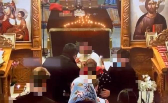 """Germania. Peste 100 de români, inclusiv copii, înghesuiți și împărtășiți cu aceeași linguriță, în ciuda restricțiilor: """"Ce spune preotul este lege!"""" (VIDEO)"""