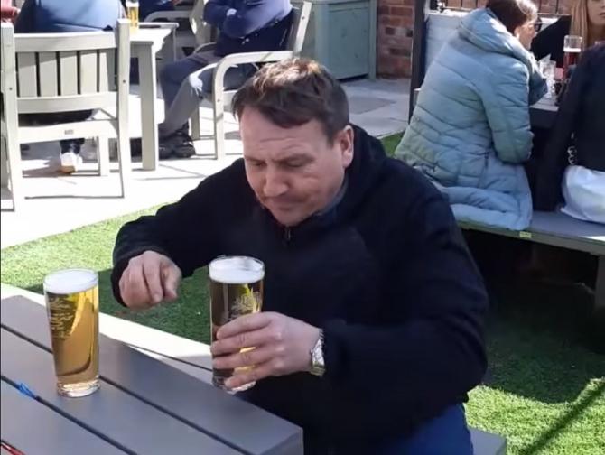 Gestul unui britanic, viral. Ce a putut să facă cu prima bere comandată după lockdown (VIDEO)