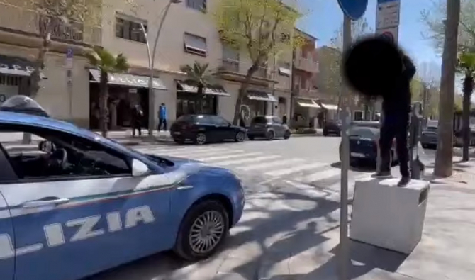 """Italia. O româncă, protest împotriva restricțiilor, pe un coș de gunoi: """"Stau fără muncă de un an de zile, vreau să lucrez!"""" (VIDEO)"""