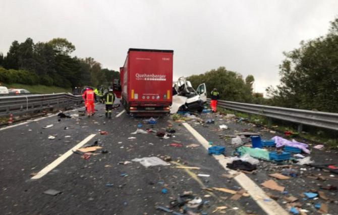 Italia. Român, implicat într-un teribil accident. Duba acestuia s-a dezintegrat în urma impactului cu un TIR