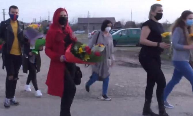 """Mai mulți români au dus flori la un spital COVID-19 şi i-au aplaudat pe medici: """"Nu suntem de acord cu injuriile care se aud prin pieţe"""""""