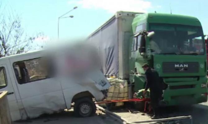 O dubă a fost spulberată de TIR, la câteva clipe după ce au coborât muncitorii români
