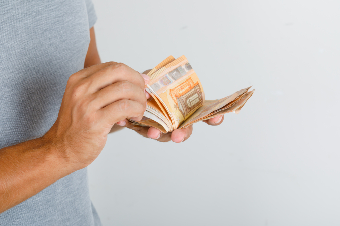 Peste jumătate din românii din diaspora trimit bani familiei înainte de Paște