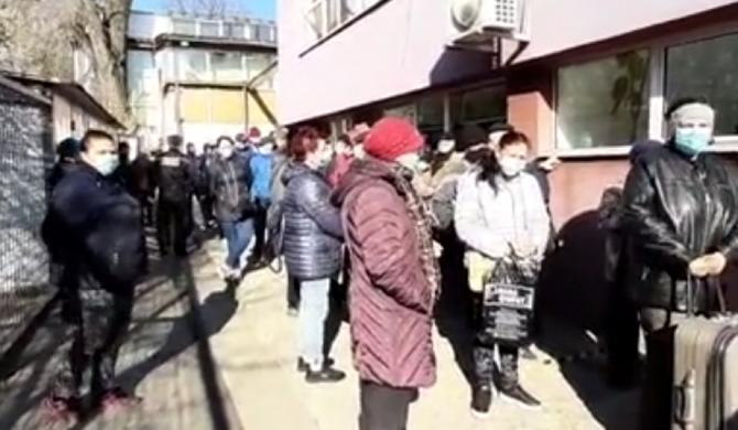 Românii, înghesuiți la centrul unde sunt distribuite pachetele alimentare de la UE