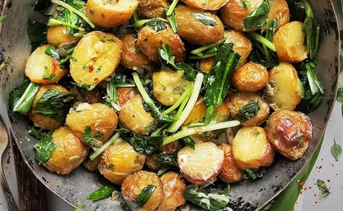 Salată de cartofi noi cu leurdă - rețetă de post