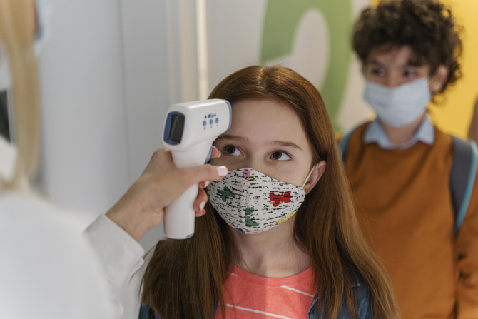Simptomele COVID la copii s-au schimbat. Halucinații și anomalii ale vocii, semnele care îi sperie pe medici