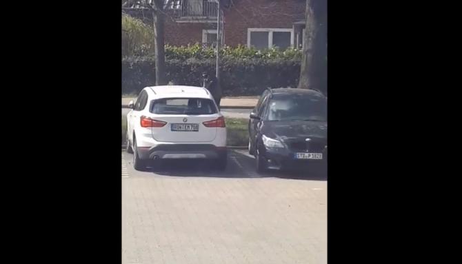 """Un cerşetor din Germania, surprins la volanul unei maşini de lux: """"N-ai văzut așa ceva!"""""""