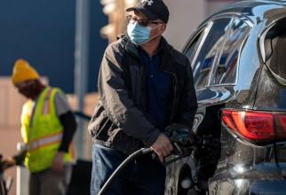 Benzinăriile, golite cu butoiul sau cu punga
