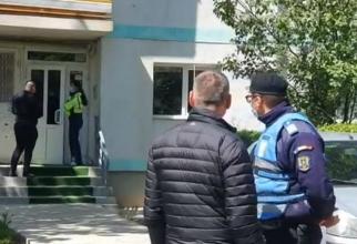 Fetiţă româncă de 3 ani, sechestrată de tată într-un apartament. Era înarmat cu un cuţit şi a bătut-o pe soţie şi pe soacră