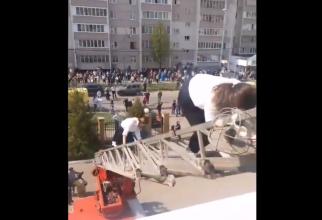 Evacuarea elevilor din şcoala din Kazan (captura video)