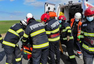 Un microbuz cu români a lovit două autoturisme staţionate