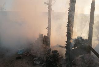 Un român, tată a patru copii, răpus de cancer, a ars în sicriu în timpul priveghiului