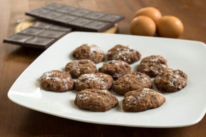 Biscuiți delicioși cu ciocolată, făcuți din patru ingrediente