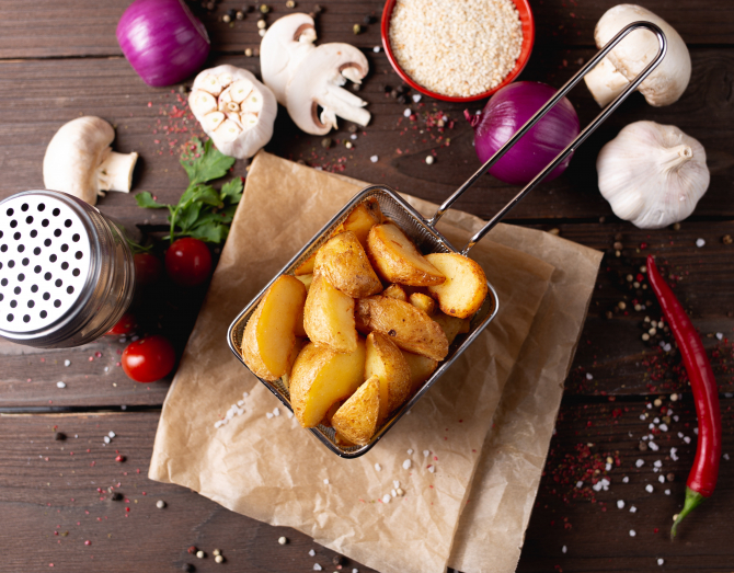 Cartofi Wedges cu usturoi şi parmezan (sursa foto: Pexels)