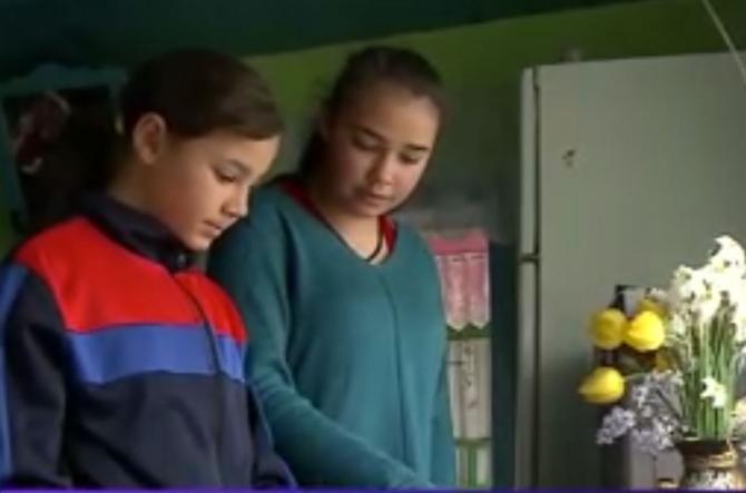 Copiii români, cu părinți în străinătate, sfâșiați de dor Am o singură poză cu mama. Nu am văzut-o de 6 ani Sursa Digi24