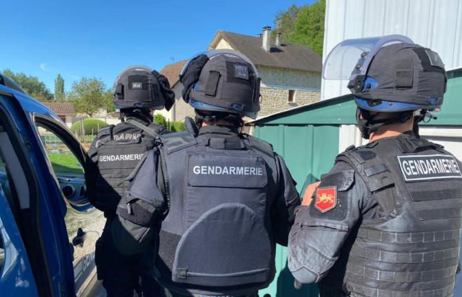 """Franţa. Bărbat înarmat, căutat după ce a tras asupra unor jandarmi: """"Toți cetățenii să rămână în locuinţe, să nu iasă din case!"""""""