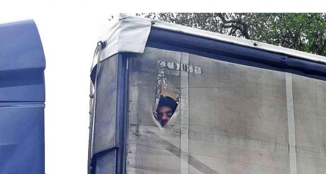Germania. Șase afgani, călători ilegali într-un camion. Anchetatorii spun că au fost ajutați de traficanți români de persoane