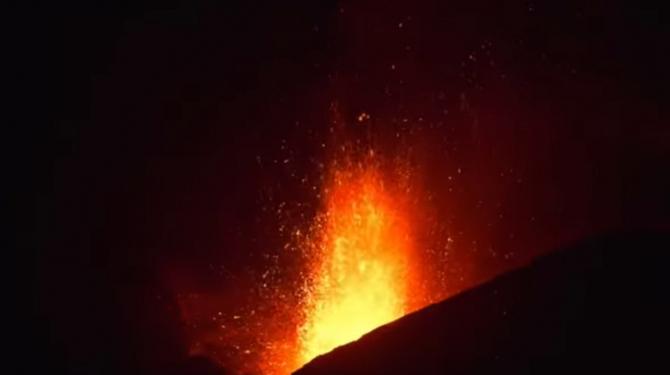 Imagini spectaculoase cu jeturi de lavă care țâșnesc din vulcanul Etna, după o nouă erupție