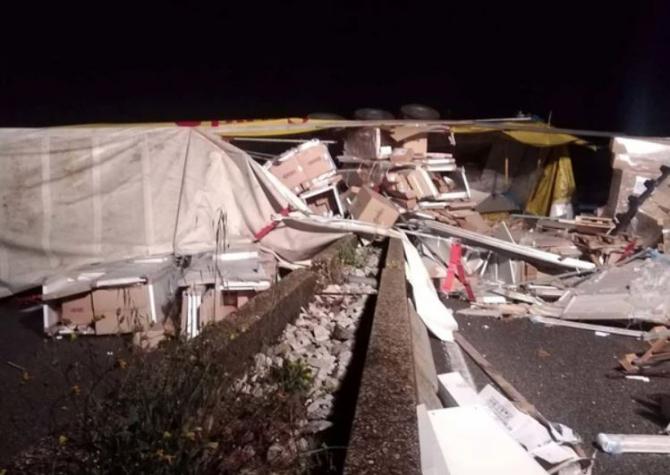 Italia. Camion, condus de un șofer român, s-a răsturnat