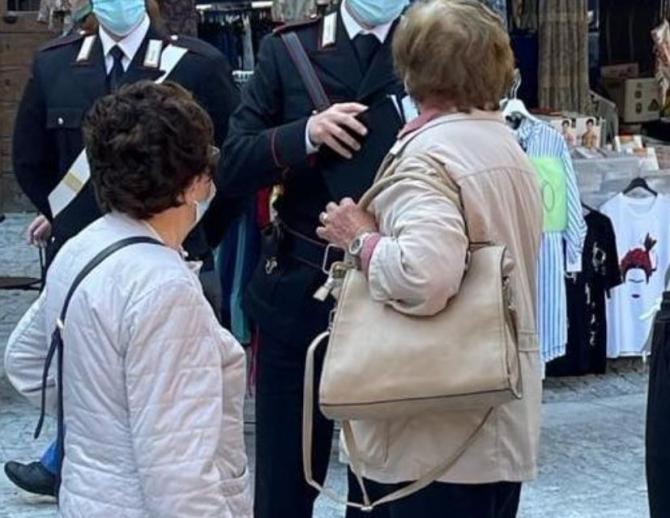 """Italia. Româncă, expertă în jafuri prin """"tehnica îmbrățișării"""", arestată. Femeia acționa împreună cu patru complici"""