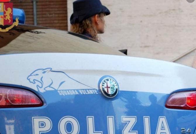 Italia. Un român, care achita cumpărăturile folosind carduri de credit furate, reținut de polițiști