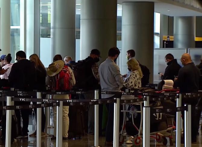 """Italia. Zeci de români, blocați pe aeroportul din Bergamo: """"Ne-au tratat cu o nesimțire totală, ca pe ultimii oameni!"""""""