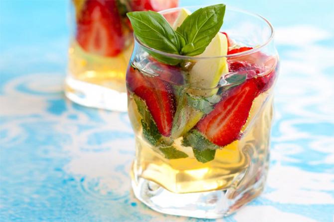 Limonadă cu căpșune, mentă și busuioc: Rețeta celei mai răcoritoare băuturi de sezon și beneficiile miraculoase