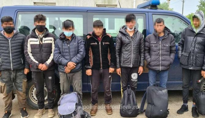Opt persoane, reținute de polițiștii români, după ce au traversat, ilegal, Dunărea