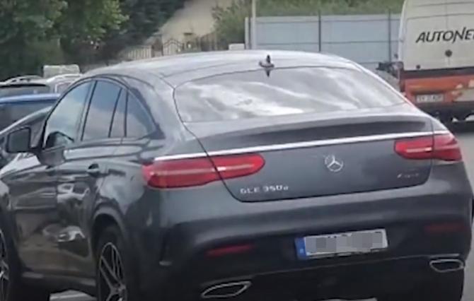 Român din Germania, la volanul unei maşini cu număr obscen. Ce a pățit după ce a fost oprit în trafic