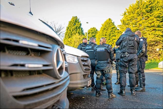 Polițiștii scoțieni au destructurat rețeaua de trafic de persoane (Credit Foto: Steven Brown, via The Scottish Sun)