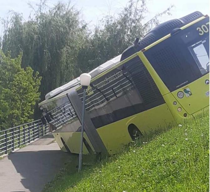 Un autobuz cu 30 de români a ieșit de pe șosea și s-a răsturnat în Sibiu. Șoferului i s-a făcut rău