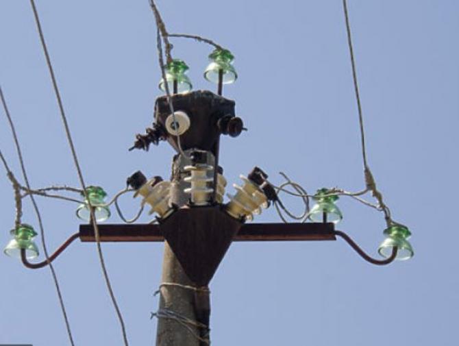 Un bărbat a murit electrocutat, în timp ce încerca să ia un zmeu agățat de firele de curent