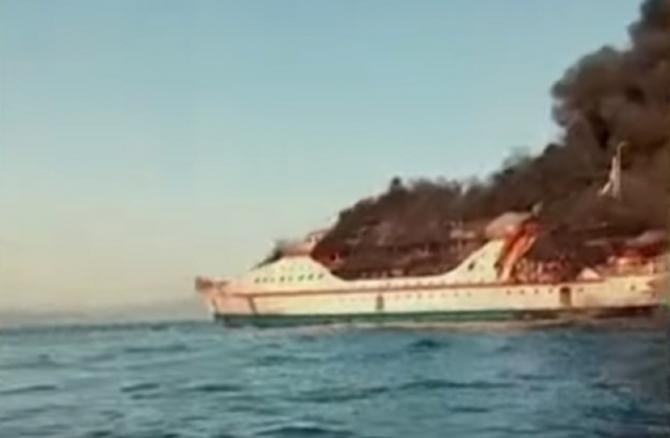 Un feribot plin cu oameni a luat foc în Indonezia. Pasagerii au sărit în apă ca să scape cu viață