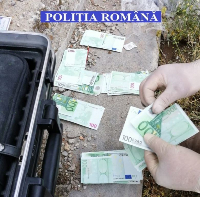 Un român a furat 170.000 de euro din casa unei femei și i-a îngropat în curte