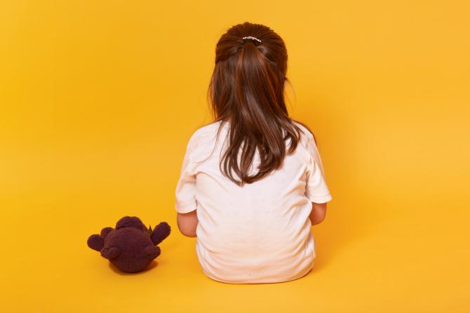Un român ar fi molestat o fetiță de 10 ani și pe frații ei vitregi de 12 și 14 ani. A filmat abuzurile și le-a pus pe internet