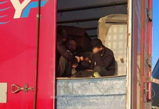 Automarfar, condus de un șofer turc, oprit în vama Borș. Era încărcat cu mobilă și cu pasageri ilegali