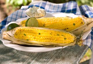 Porumb la grătar cu unt de usturoi, lime și brânză, aperitivul verii de care nu te vei sătura (sursa foto: Flickr)