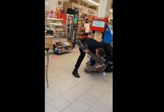 Român amendat și cu dosar penal, după ce a intrat în magazin cu un cuțit și fără mască de protecție - VIDEO