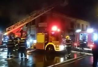 Un bărbat și-a pierdut viața, într-un incendiu în București. Alte patru persoane au ajuns la spital