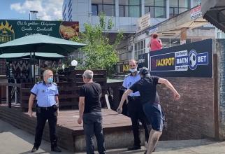 """Un român întors din Belgia i-a umilit pe doi poliţişti români, în plină stradă: """"Pac, pac şi am plecat"""" - VIDEO"""