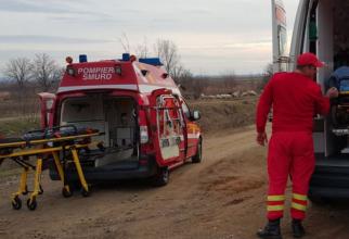 Un șofer român, în stare gravă, după ce mașina pe care o conducea a căzut într-un canal cu apă, în Olt