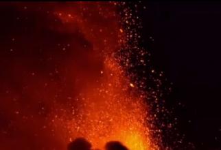 Vulcanul Etna a oferit un nou spectacol terifiant. Exploziile s-au auzit de la 45 km distanță