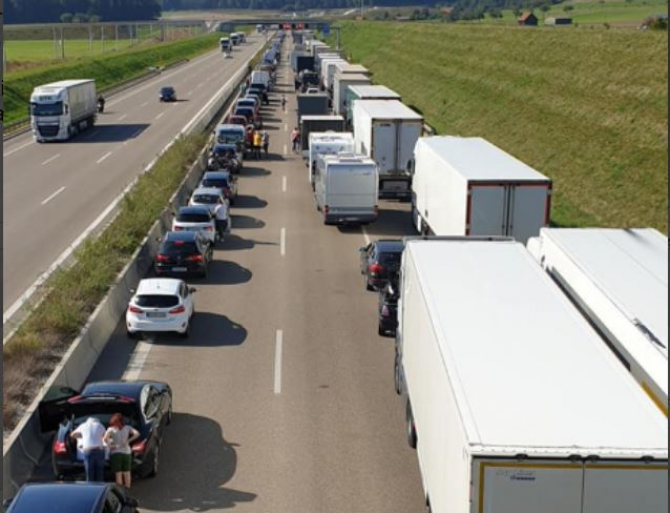 Aglomerație în vămi. 142.800 de persoane, cetățeni români și străini, au traversat, în ultima zi, frontiera României